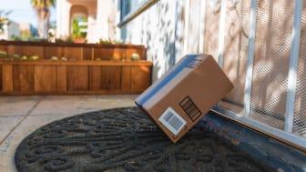 Un colis livré se trouve sur un porche
