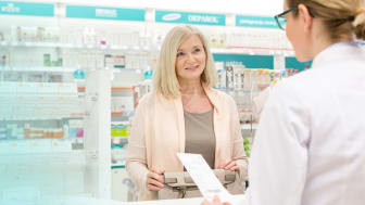 picture of woman talking to a pharmacist