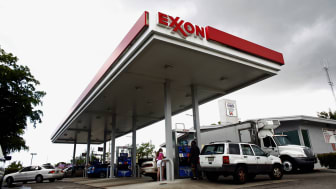 MIAMI, FL - JULY 31:People put gas in cars at an Exxon station July 31, 2008 in Miami, Florida. Exxon Mobil reported July 31, 2008 that the oil company's second quarter earnings were $11.68 b