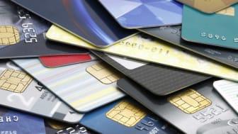 Pile colorée de cartes de crédit et de cartes-cadeaux d'achat.  Macro avec dof extrêmement peu profond.