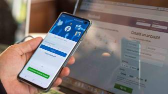 Une main tenant un téléphone ouvert sur un site d'achat en ligne