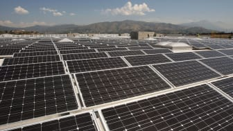GLENDORA, CA - APRIL 22:Solar panels cover the roof of a Sam's Club store that was toured by California Gov. Arnold Schwarzenegger and Wal-Mart officials before their press conference on Eart