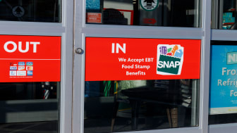picture of grocery store doo with sign saying they accept SNAP cards