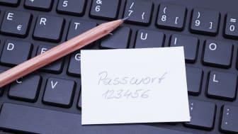 L'image montre un clavier d'ordinateur avec un avis de mot de passe