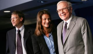 NEW YORK - JUNE 26:Warren Buffett (R) stands with Bill and Melinda Gates June 26, 2006 at a news conference where Buffett spoke about his financial gift to the Bill and Melinda Gates Foundati