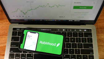 A phone and a computer both using the Robinhood brokerage account