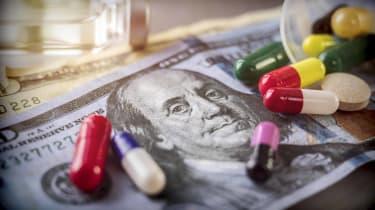 pills spilled onto 20 dollar bill