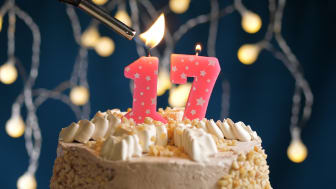 """picture of birthday cake with a """"one"""" and a """"seven"""" candle on it"""