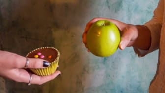 picture of people trading an apple for a cupcake