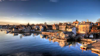 picture of small town in New Hampshire on the water