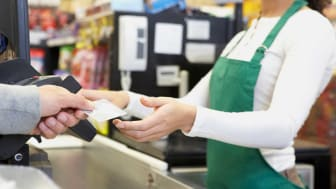 picture of person using card to pay for groceries