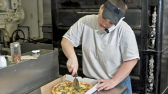 picture of pizza worker