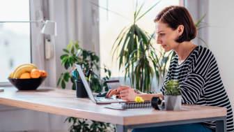 Une femme fait ses courses en ligne à l'aide d'un ordinateur portable à un bureau